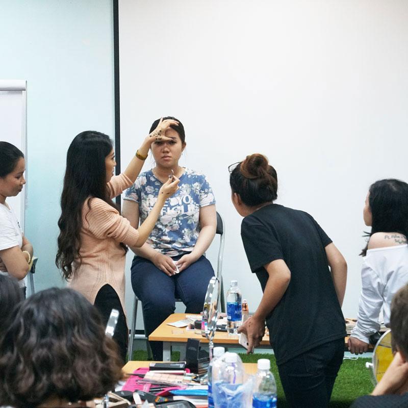Khóa Học Trang Điểm Cá Nhân Cho Người Mới Bắt Đầu Tại Vanmiu Beauty