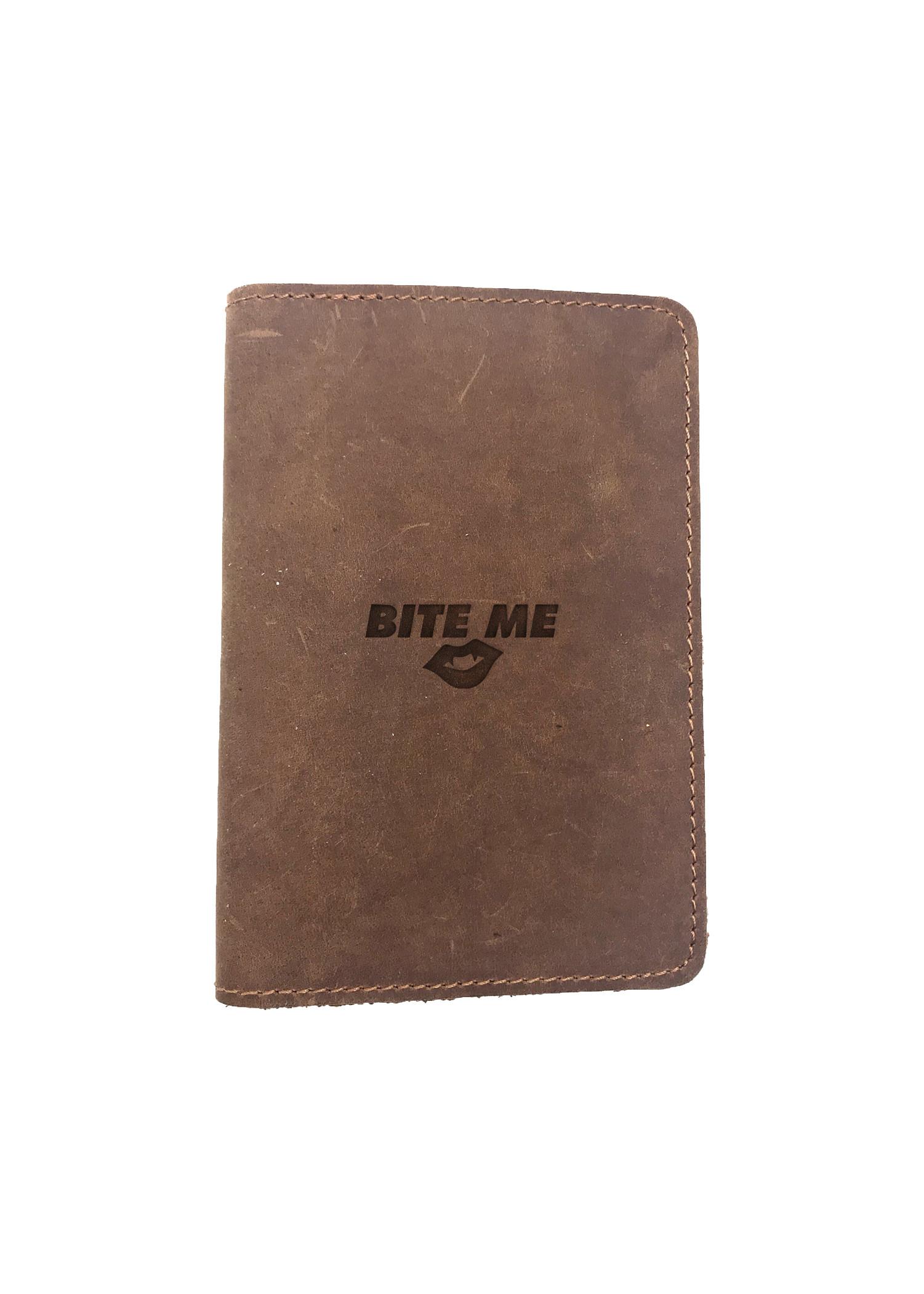 Passport Cover Bao Da Hộ Chiếu Da Sáp Khắc Hình Chữ BITE ME (BROWN)