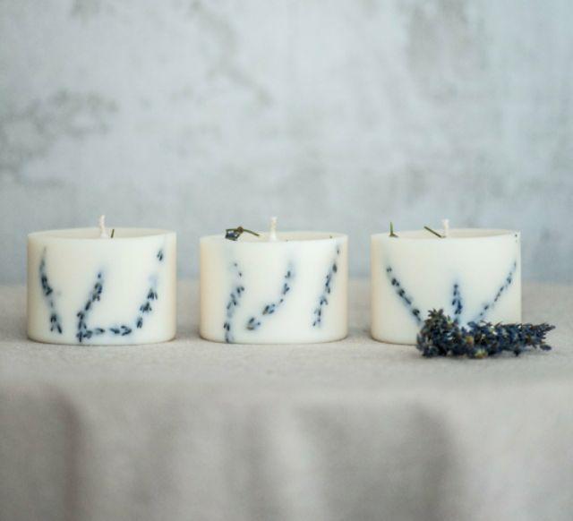 Combo gồm 2 nến thơm hương lavender, trang trí cành lavender