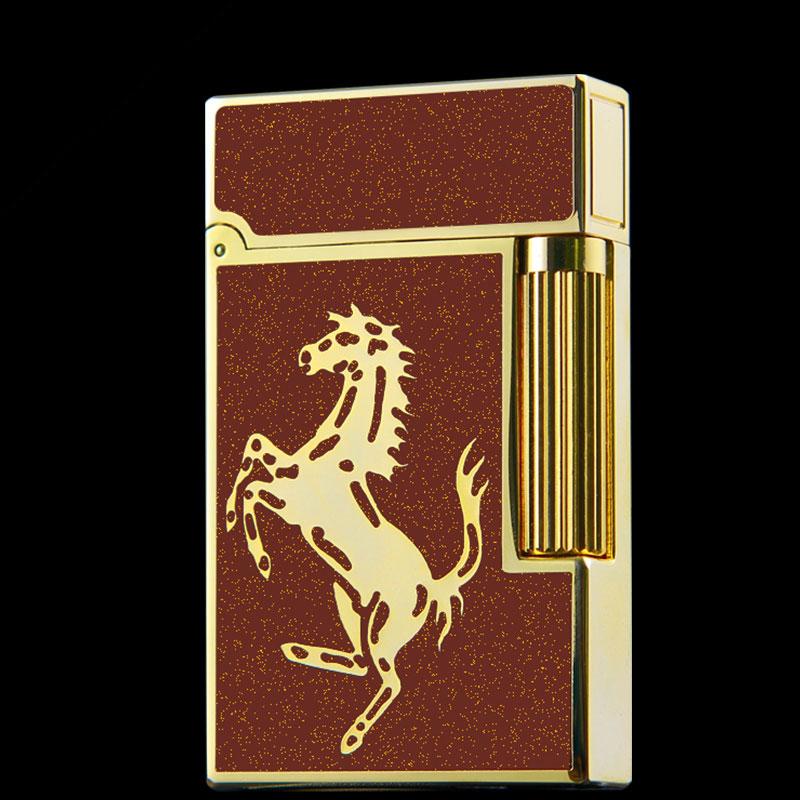 Hộp Quẹt Bật Lửa Gas Đá Nền Đỏ Kim Tuyến Khắc Hình Con Ngựa Vàng