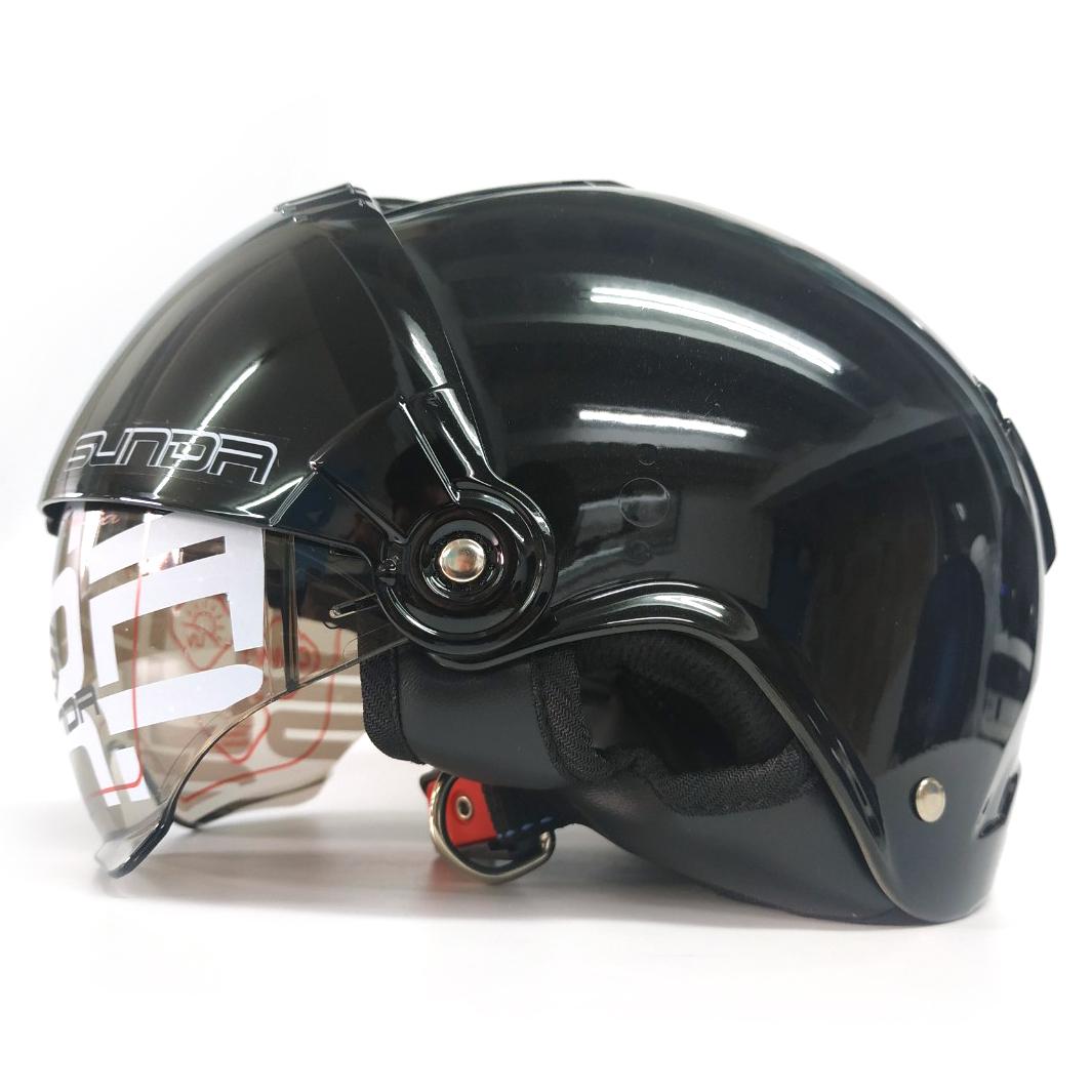 Mũ bảo hiểm nửa đầu SUNDA 135D kính râm nhẹ có thể giấu vào trong thân mũ, tác dụng chống tia uv, chống chói, lớp lót mũ tháo giặt, có 4 lỗ thông gió trên mũ, kiểu dáng gọn nhẹ thời trang - hàng chính hãng SUNDA