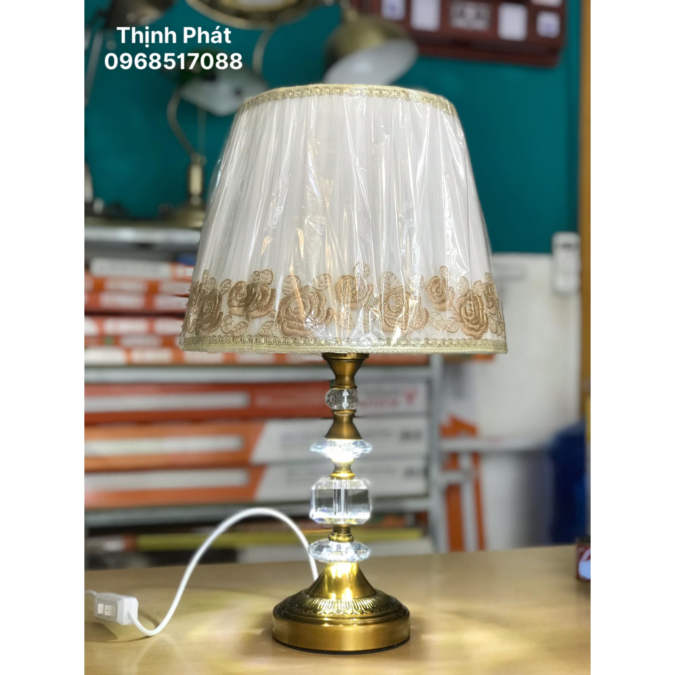 Đèn để bàn - Chân pha lê phát sáng - BATI - TẶNG KÈM 2 BÓNG LED