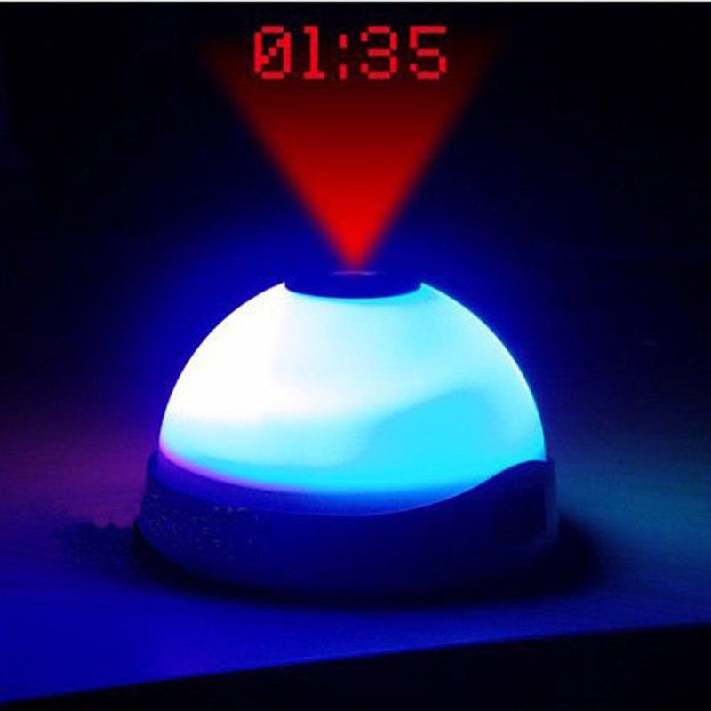 Đồng hồ báo thức để bàn kiêm đèn ngủ chiếu giờ lên trần nhà