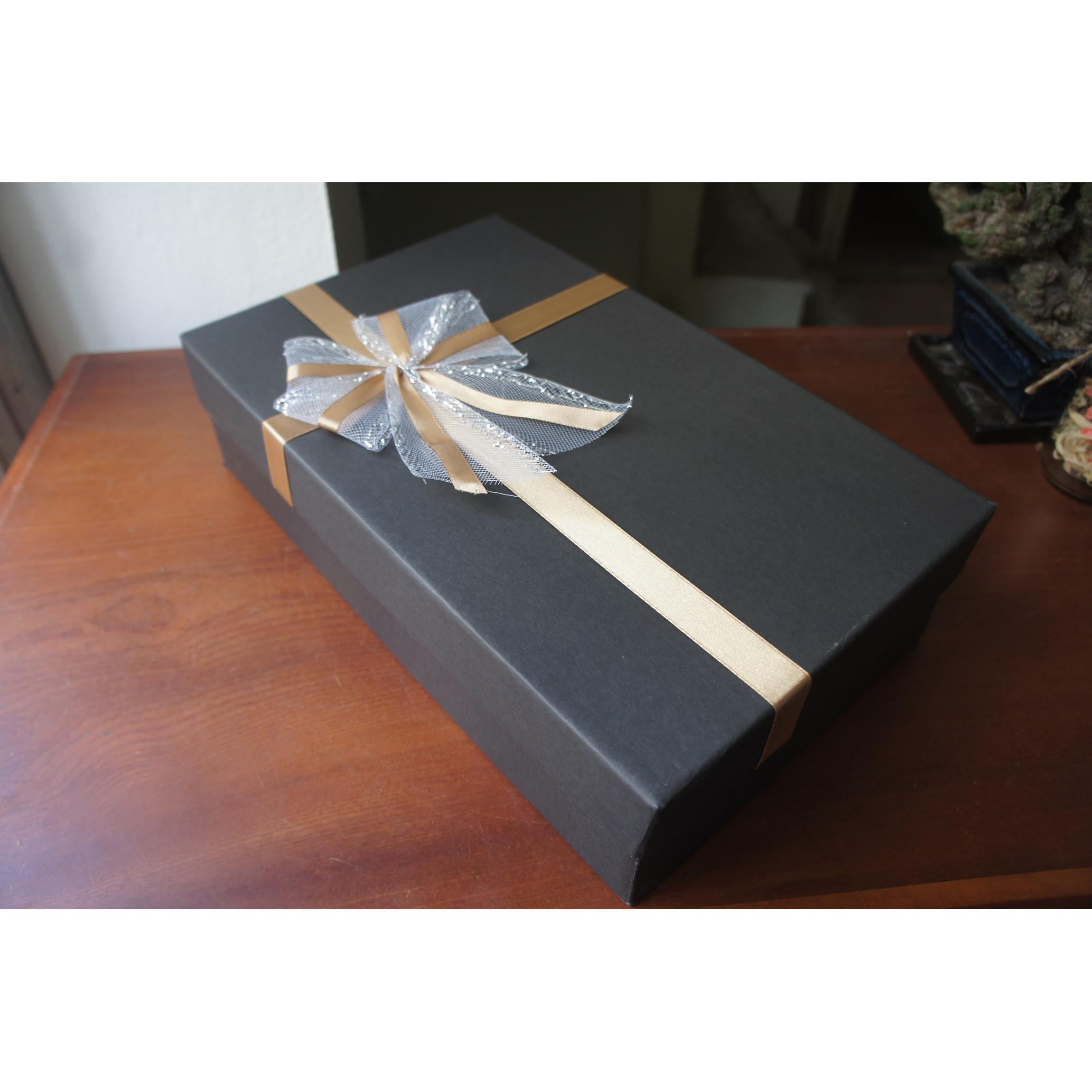 Hộp quà- Hộp giấy cứng gắn nơ lịch sự