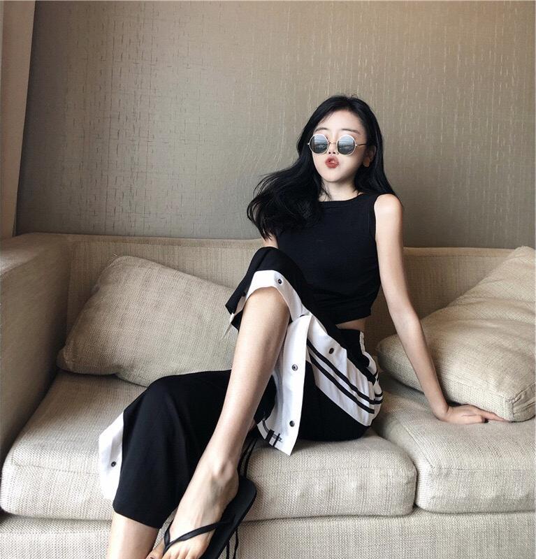 Quần dài nữ QXO, Chất Liệu vải thun , họa tiết kẻ sọc trắng, kiểu/loại ống rộng xẻ có cúc bấm, màu sắc đen, form freesize, hàng đẹp