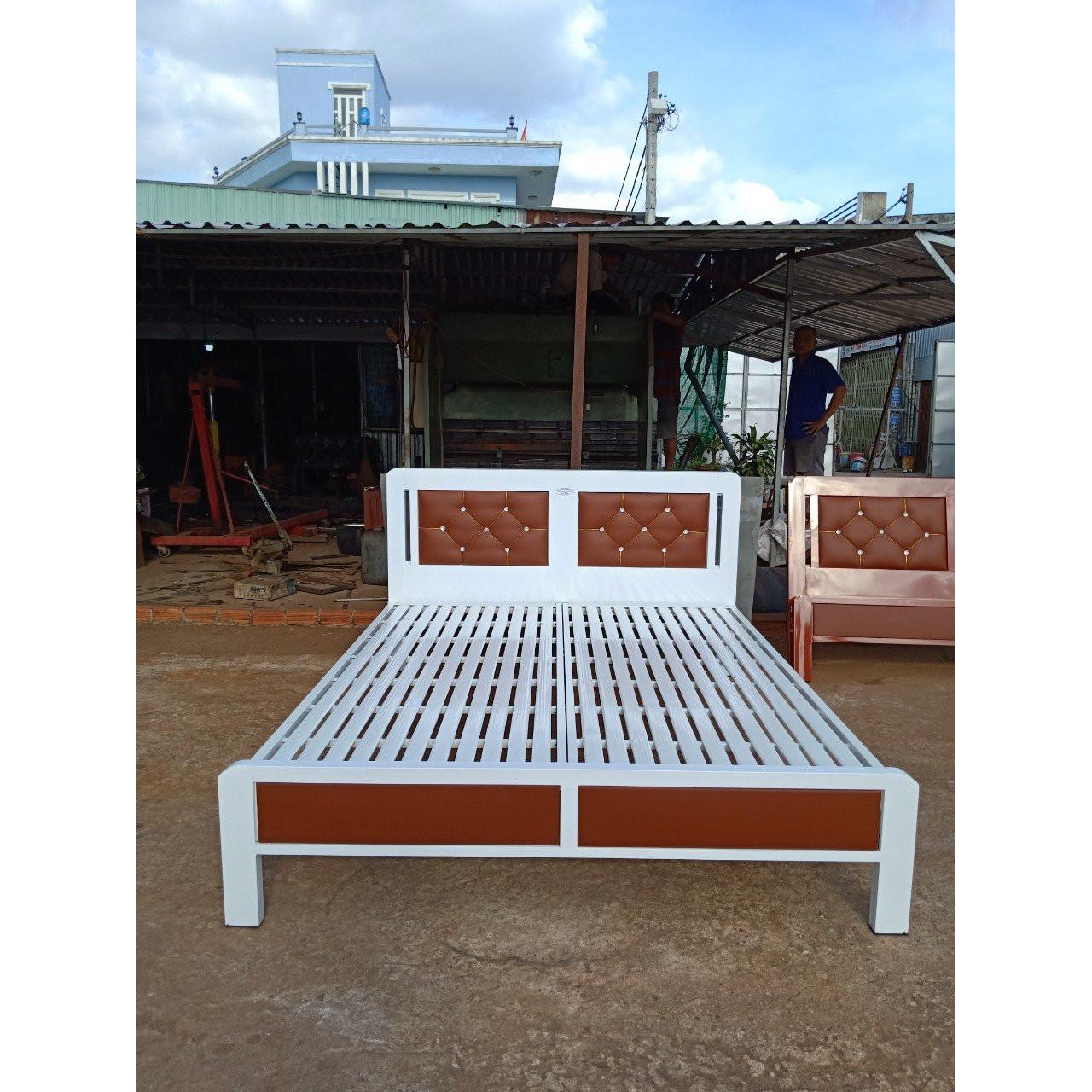 Giường sắt hộp cao cấp giả gỗ màu trắng