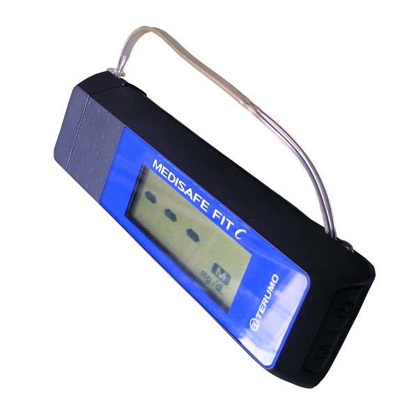 Máy đo đường huyết TERUMO MEDISAFE FITC gồm 1 thân máy, 1 bút bấm kim, 5 đầu thử, 5 kim bấm lấy máu và phụ kiện đi kèm