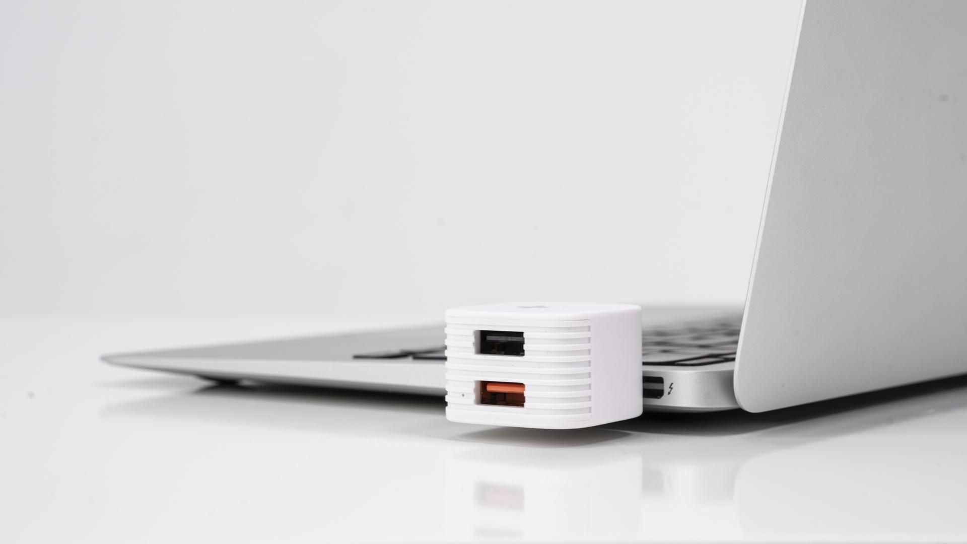 Thiết bị sạc và lưu trữ hình ảnh, video, dữ liệu HyperCube dành cho Iphone, Ipad và thiết bị Android thương hiệu Hyper HyperDrive - Hàng chính hãng