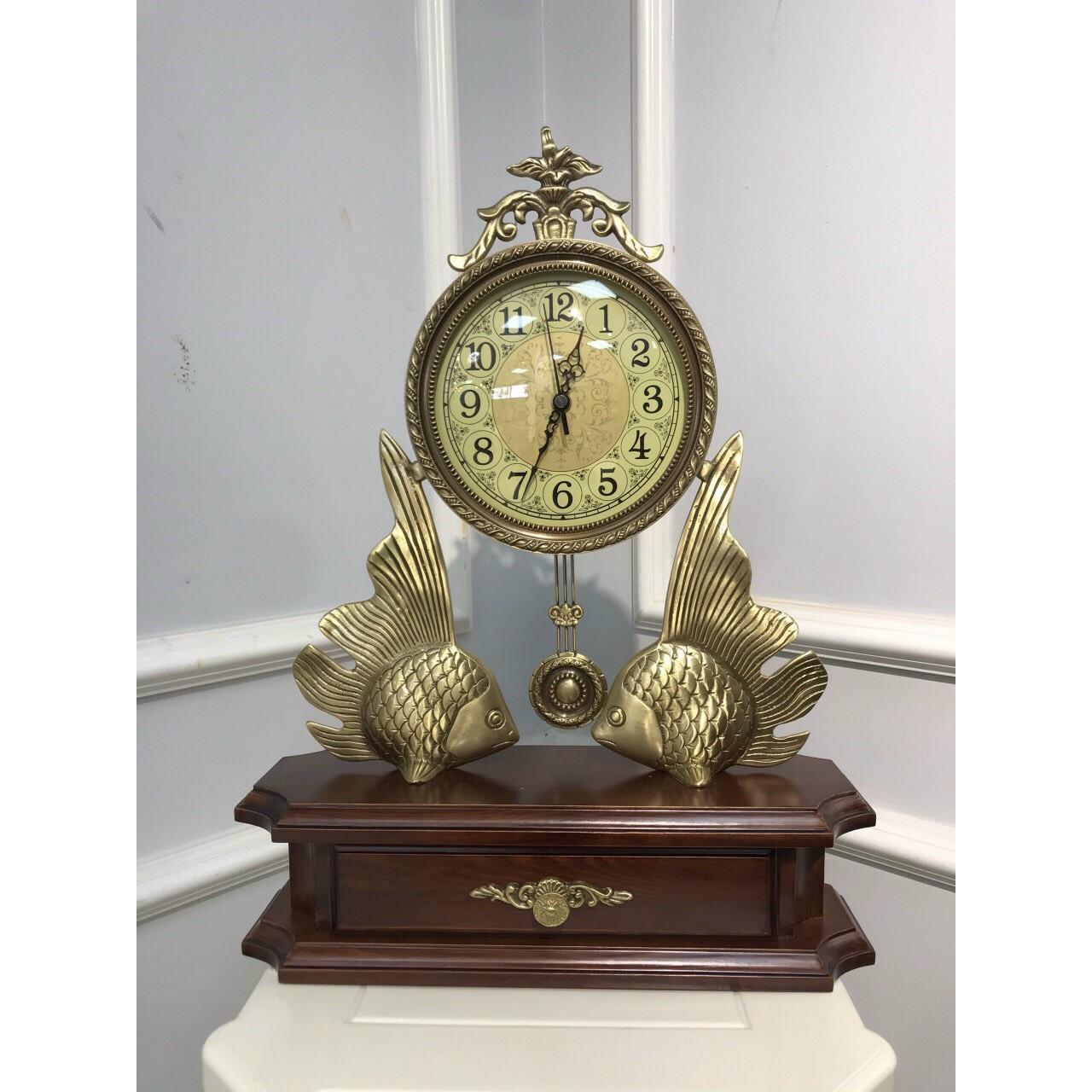 Đồng hồ để bàn Chất Liệu Gỗ sồi và đồng mặt kính cao cấp - Đồng hồ để bàn cổ điển đẹp sang trọng kích thước 48 x 36 x 14cm để kệ tủ trang trí phòng khách nhà ở.