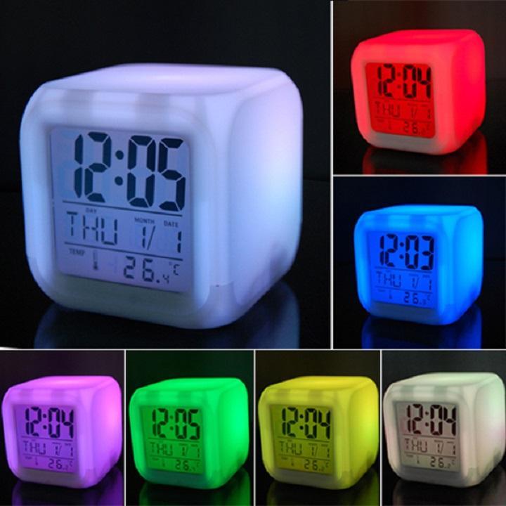 Đồng hồ để bàn hình lập phương, tự thay đổi màu sắc - Tặng kèm móc dán tường (giao màu ngẫu nhiên)
