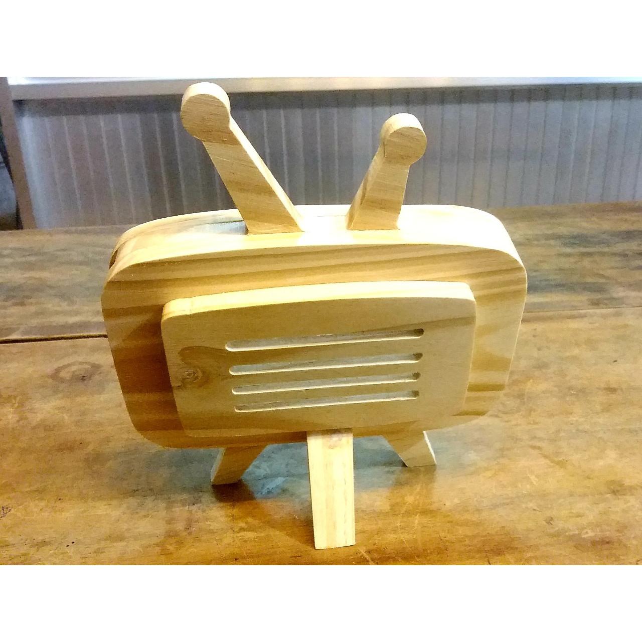 Đế kê điện thoại hình tivi bằng gỗ, thiết kế như 1 chiếc tivi thu nhỏ, siêu bền, chân đứng vững chắc, có khe luồn chui sạc tiện lợi