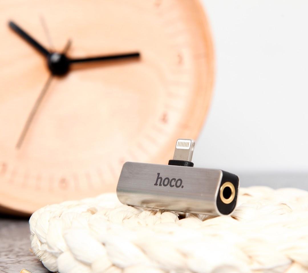 Jack chuyển lightning ra 3.5mm Hoco LS25 vùa nghe nhạc vàu sạc điện thoại một cách dễ dàng tiện lợi - hàng chính hãng