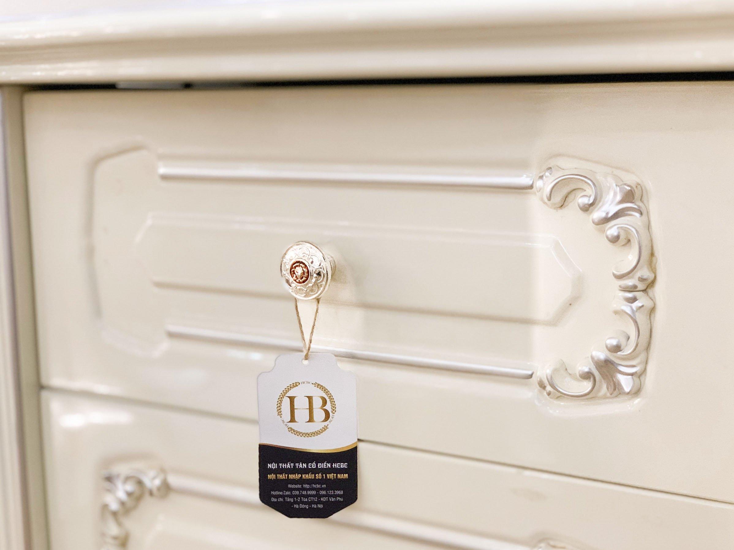 Táp đầu giường vuông được làm từ chất liệu gỗ sồi mỹ kết hợp với MDF vẽ chỉ bạc điểm nổi bật lên các họa tiết mang phong cách tân cổ điển và sang trọng