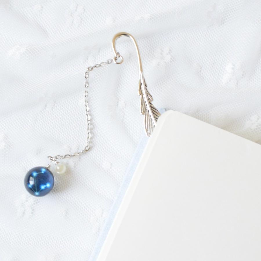 Bookmark, Kẹp Sách Lông Vũ Kim Loại Phối Charm Tròn Theo Cung Hoàng Đạo - Cung Thiên Bình