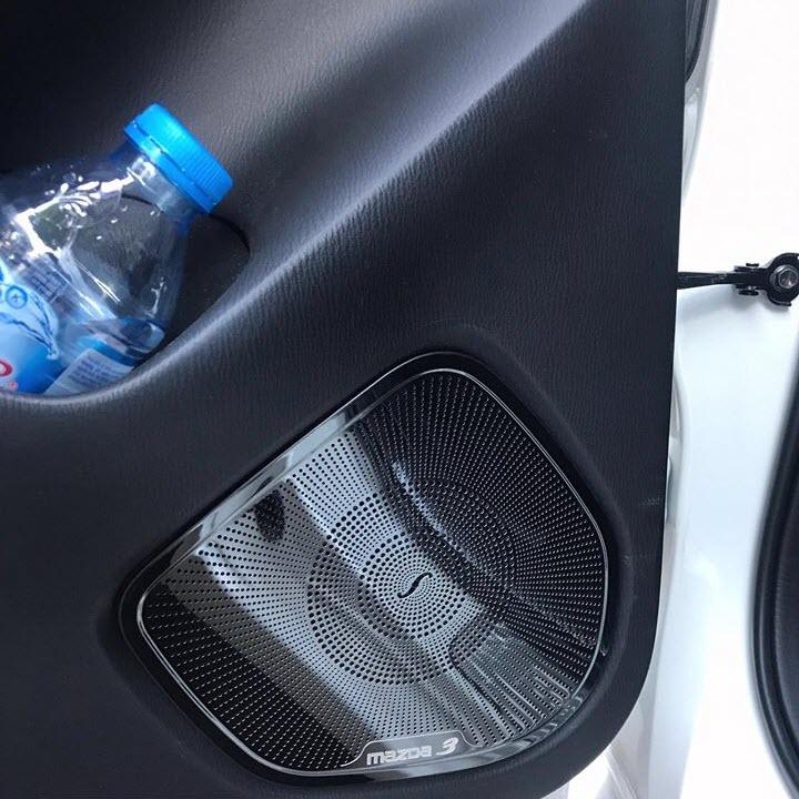 Ốp trang trí, bảo vệ màng loa dành cho xe Mazda 3 2018-2019 vân phay xước