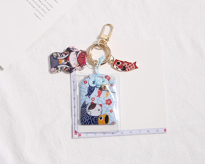 Móc khoá Túi phước Omamori bọc Mèo nhựa Cá chép - MK09 (1 móc, màu ngẫu nhiên)