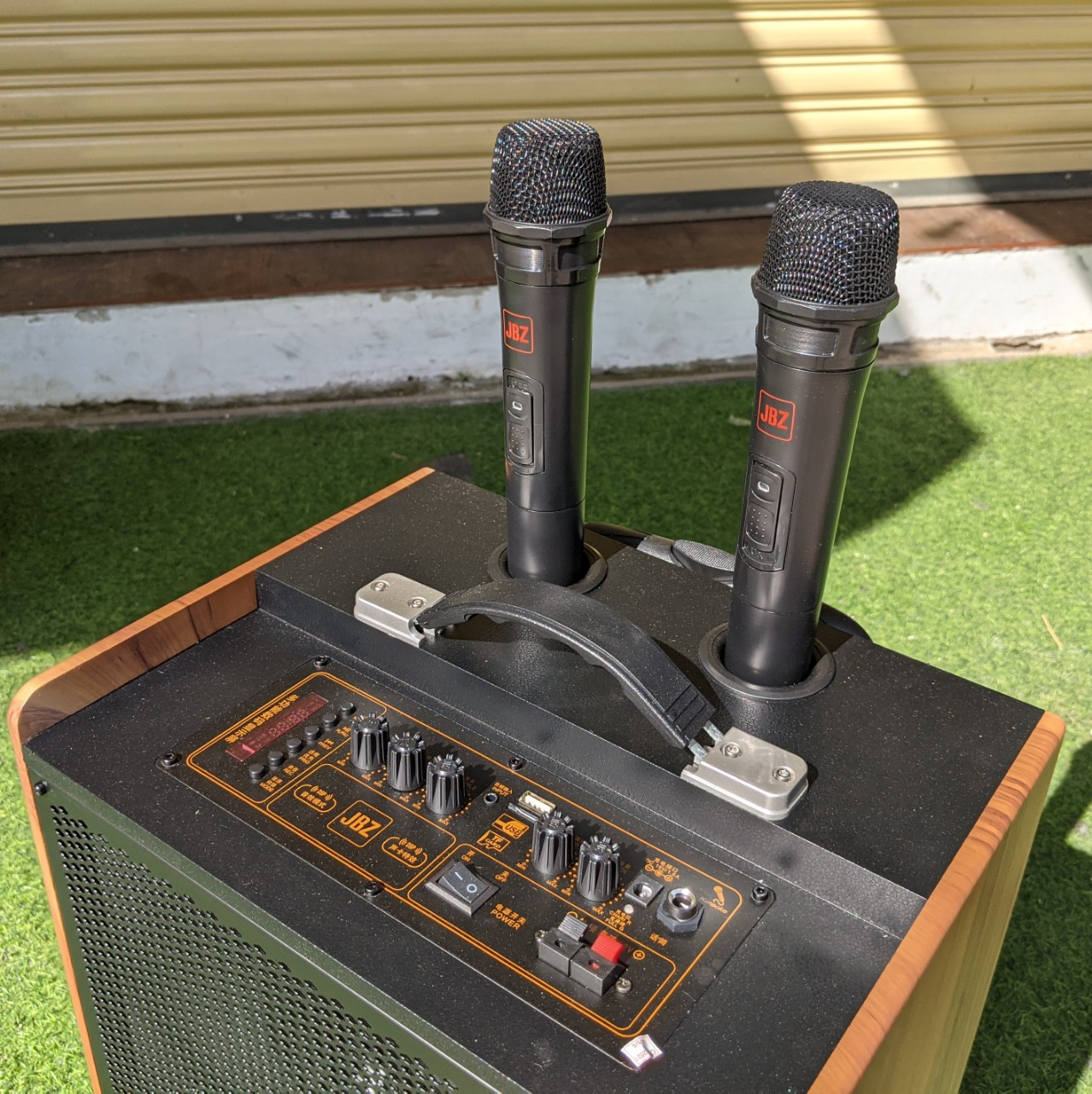 Loa kéo di động JBZ J1 - Bass 2 tấc - Loa kéo 2 đường tiếng công suất mạnh mẽ - Thiết kế nhỏ gọn, sang trọng - Tặng kèm 2 micro không dây - Đầy đủ kết nối Bluetooth 4.0, AUX, USB, SD card, cổng 6 ly kết nối micro - Có remote - Hàng chính hãng