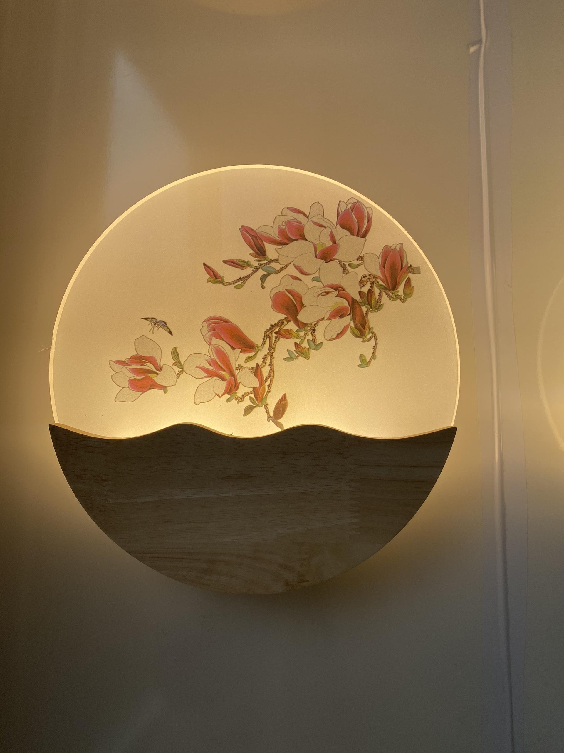Đèn gắn tường led phòng ngủ đế gỗ tự nhiên sơn bóng - hoa lan DTTPHL02
