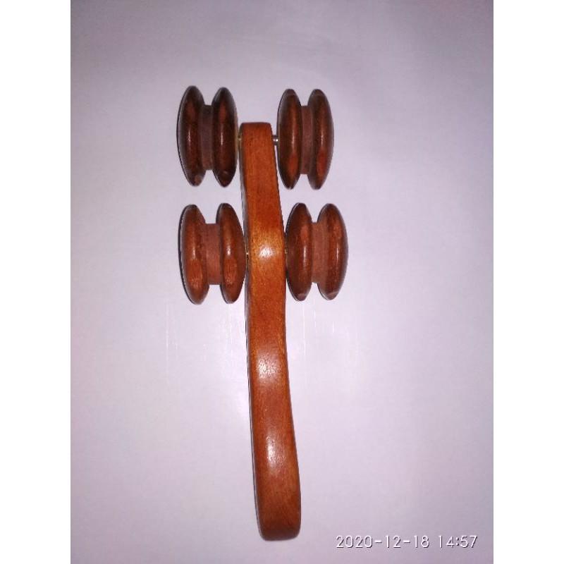 Dụng cụ massage 4 bánh lăn bằng gỗ.
