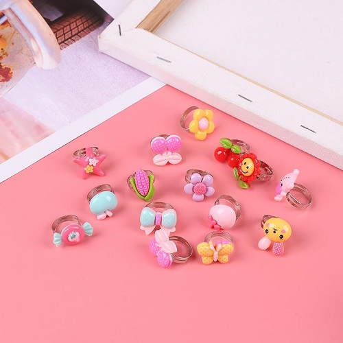 Hộp 50 chiếc nhẫn thời trang cho bé gái- Hộp 50 nhẫn xinh xắn nhiều màu sắc cho bé gái + Tặng hình dán