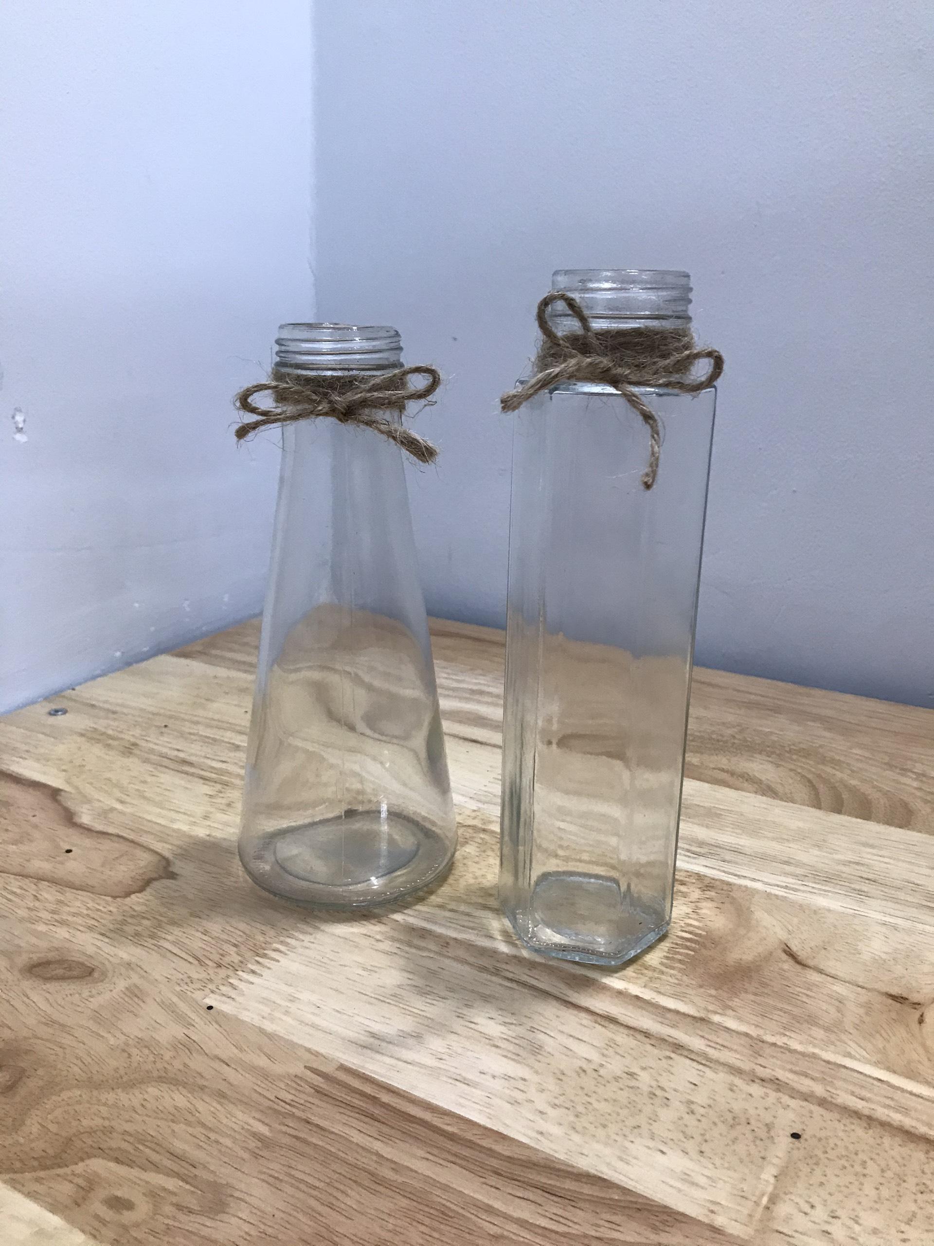 Combo gồm 1 bình hoa lục giác và 1 bình hoa hình nón, lọ thủy tinh dùng cắm hoa trang trí để bàn, hoặc dùng như chai thủy tinh đựng nước, sữa tươi hay tự trang trí theo sở thích cá nhân - có kèm dây dừa trang trí
