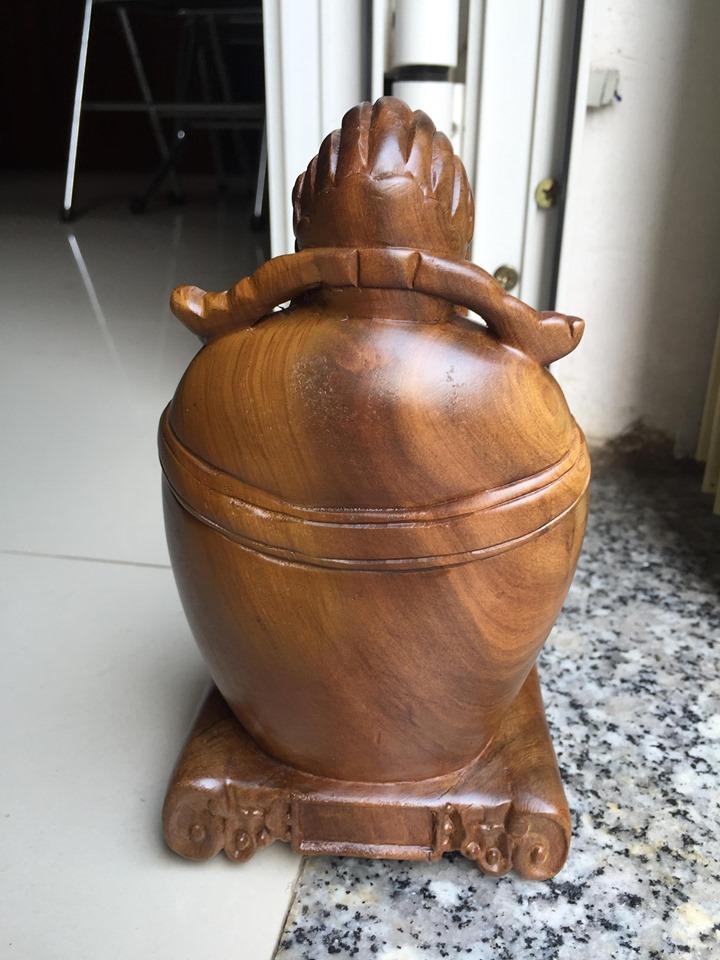 Thần tài may mắn, gỗ bách xanh có mùi thơm tự nhiên, kích thước cao 19 cm x ngang 10.5 cm x sâu 8,5 cm, dùng để bàn hoặc ô tô
