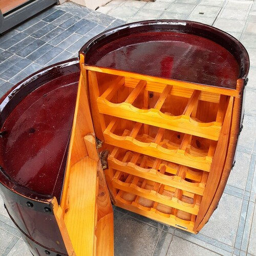 Thùng gỗ mở nắp trang trí trưng bày rượu
