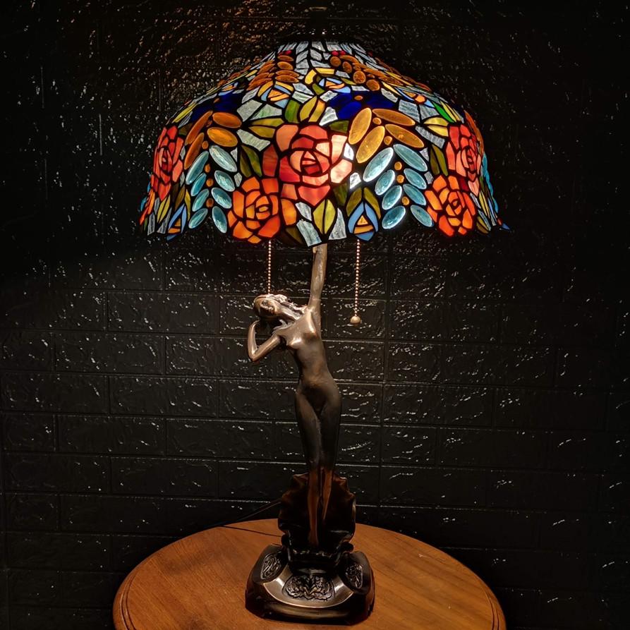 Đèn bàn Tiffany chao 40 hoa hồng - chân cô gái đồng