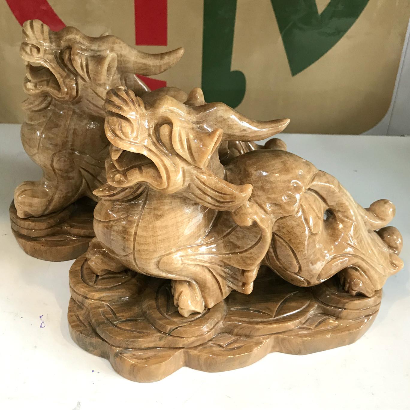 Tỳ hưu đá tự nhiên màu vàng cho người mệnh Kim và Thổ ngọc tự nhiên vàng nâu của VN nặng 5kg bao gồm cả chân đế