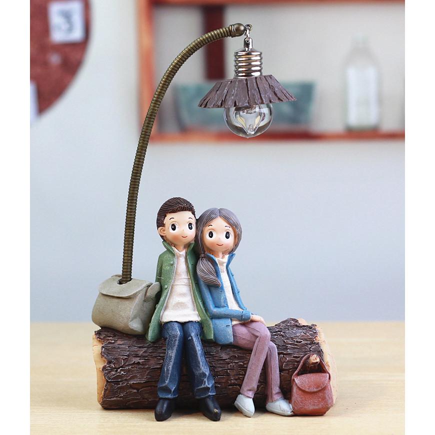 Tượng trang trí đôi tình nhân ngồi gốc cây có cột đèn