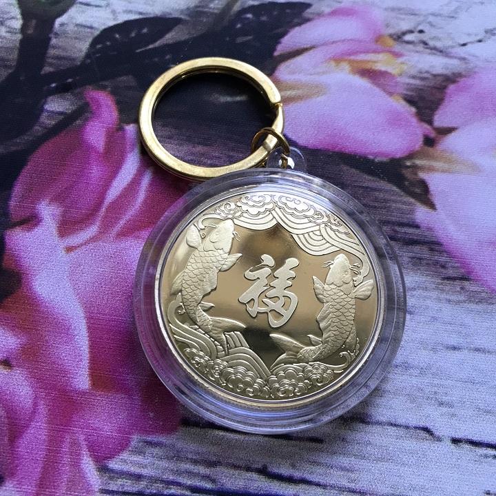 Móc khóa Xu Thần Tài Cá Chép màu vàng, chất liệu xu màu vàng, dùng treo chìa khóa, mang lại may mắn, ý nghĩa bảo vệ tâm linh đường kính 5cm - SP002387