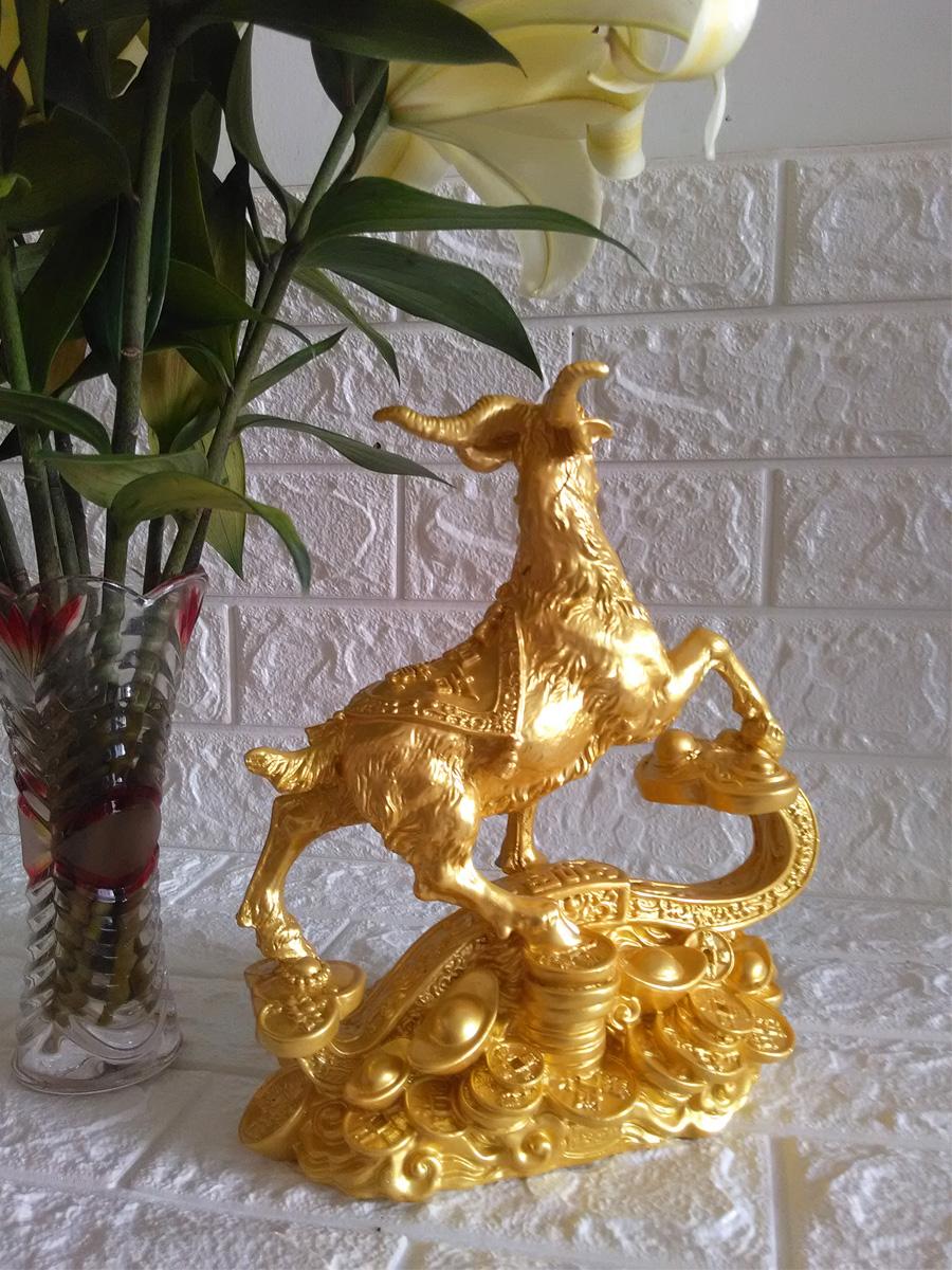Tượng dê tiền đứng trên gậy như ý đá poly vàng DTV26