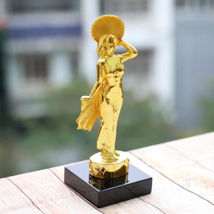 Tượng cô gái Việt Nam duyên dáng mạ vàng