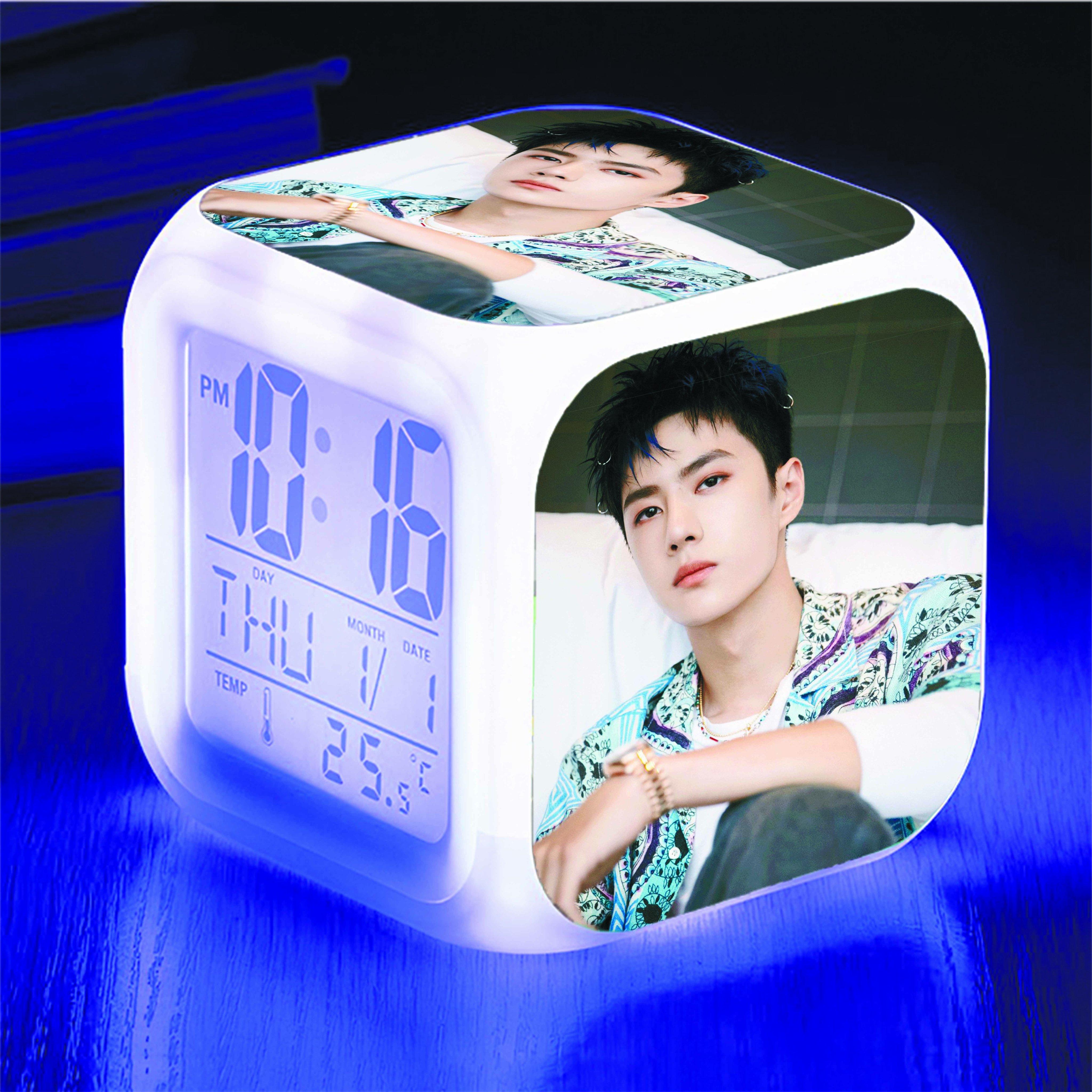 Đồng hồ để bàn in hình Vương Nhất Bác Yibo đổi màu