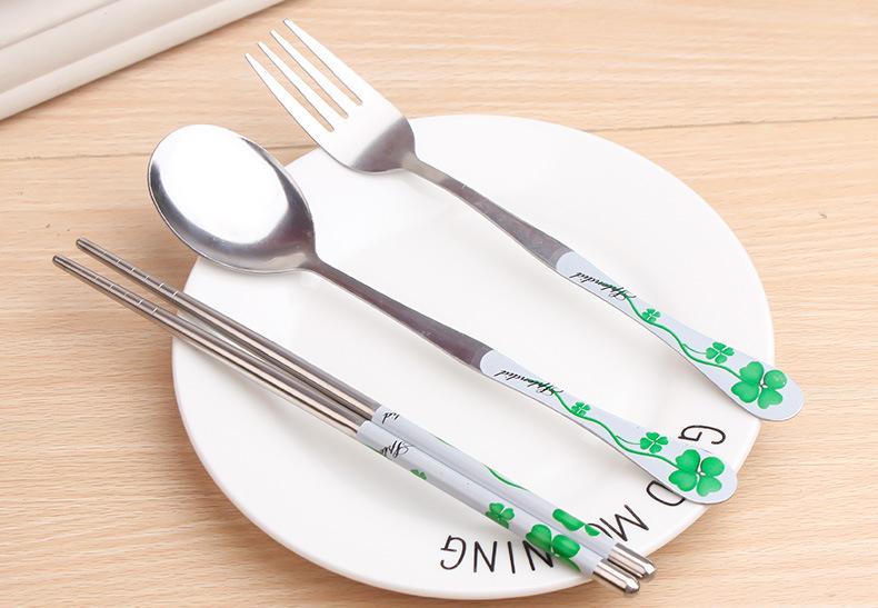 Bộ dụng cụ ăn có hộp đựng gồm muỗng, nĩa, đũa