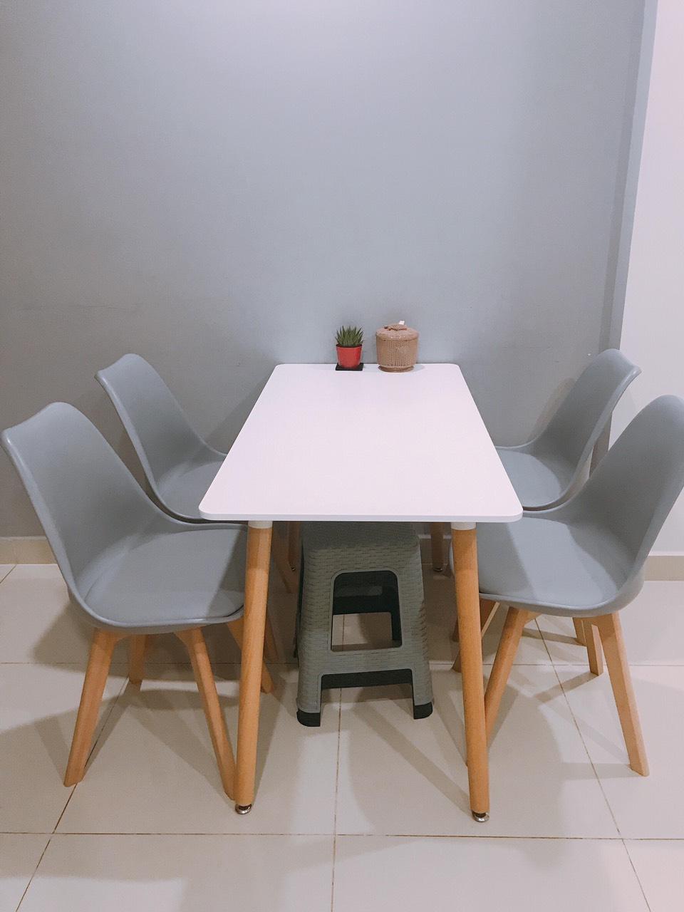 Bộ Bàn Ăn Eames và 4 ghế có nệm
