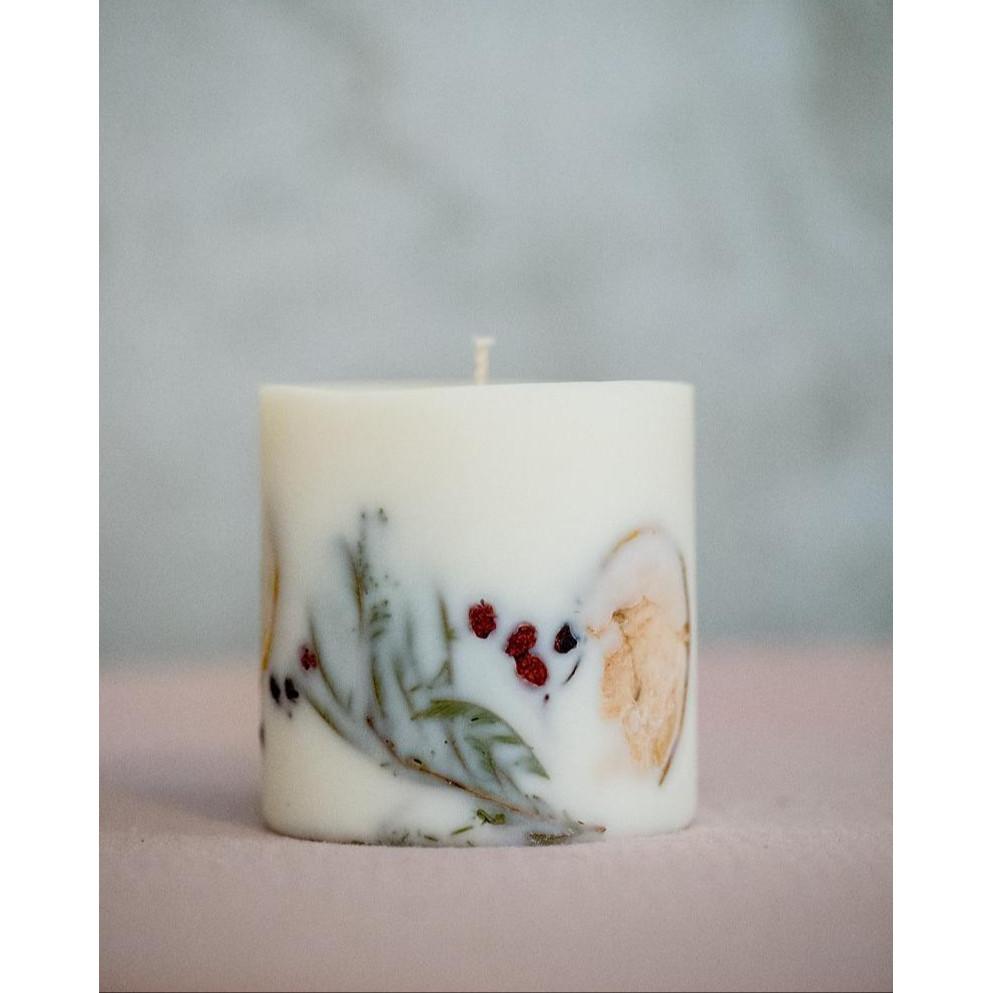 Nến thơm cao cấp bằng sáp đậu nành với hỗn hợp tinh dầu: quế, cam và đinh hương, trang trí thanh quế, lá thông, lát táo, lát cam, quả bách xù - nến thơm Giáng Sinh đặc biệt - 500ml