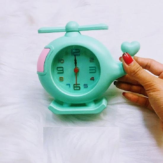đồng hồ báo thức để bàn hình máy bay trực thăng