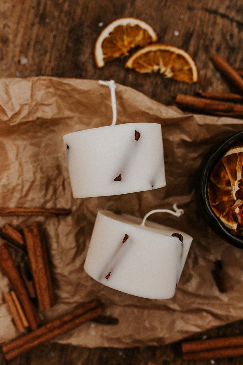 Nến thơm cao cấp bằng sáp đậu nành và tinh dầu vỏ quế, trang trí vỏ quế và hoa hồi