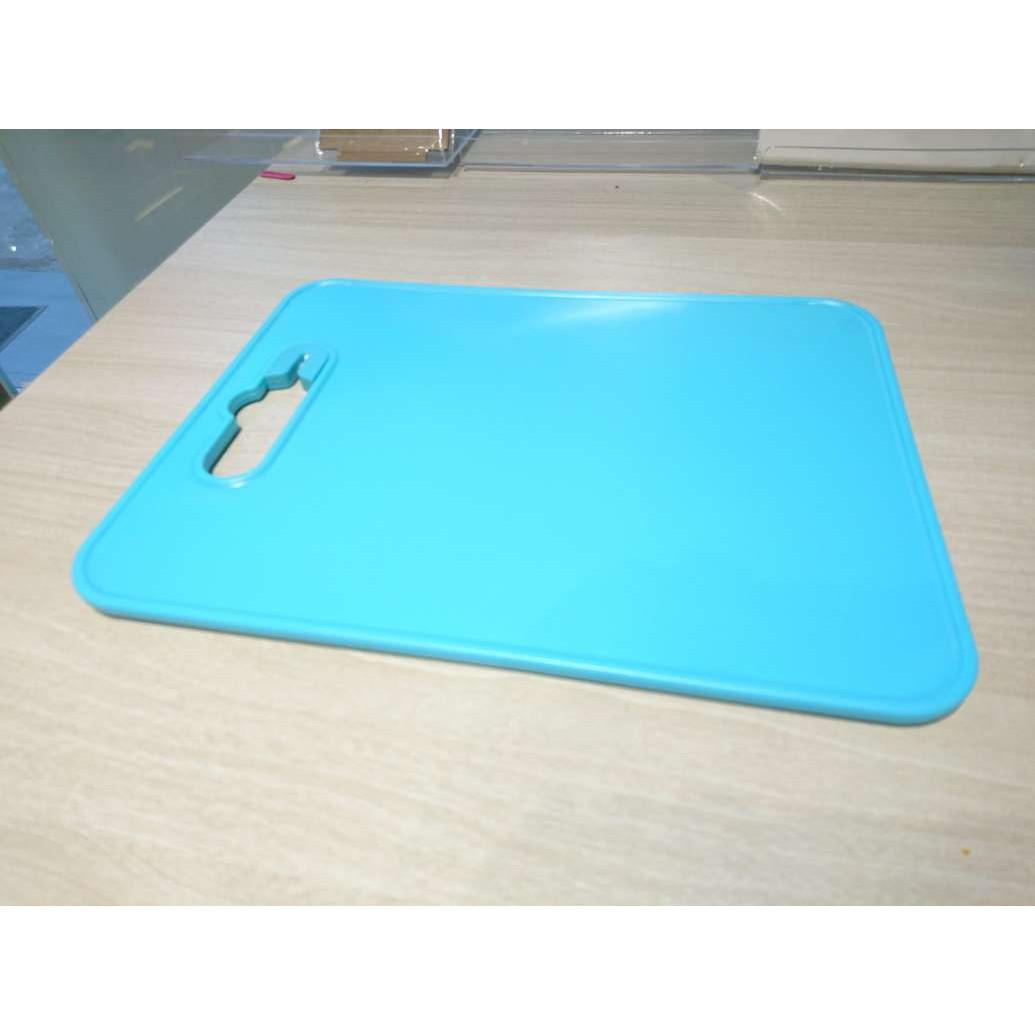 Thớt nhựa PP viền nổi chống trượt kèm dụng cụ mài dao 29,5x22,3cm