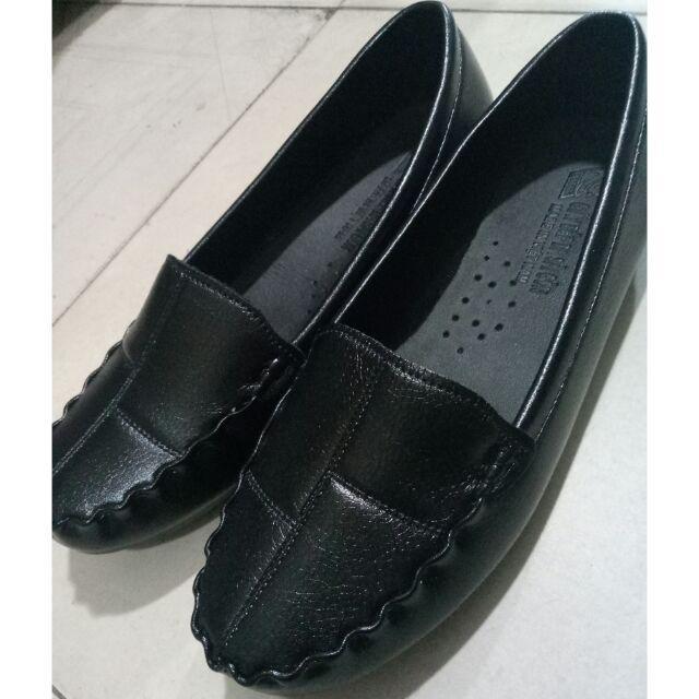 Giày lười với họa tiết trang trí bằng chỉ khâu tay bắt mắt, cá tính.