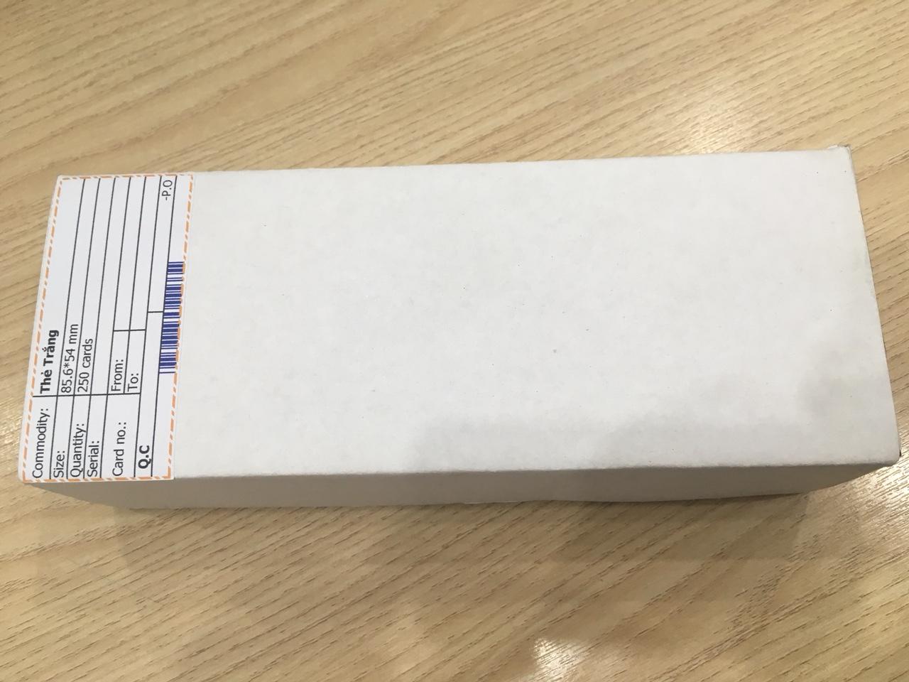 Hộp 250 thẻ nhựa PVC trắng - Thẻ cán bóng chưa in - Chuẩn CR80 - Có bao bọc chống bụi, in tốt trên máy in thẻ nhựa trực tiếp, gián tiếp - Độ dày thẻ tiêu chuẩn 0.76 mm