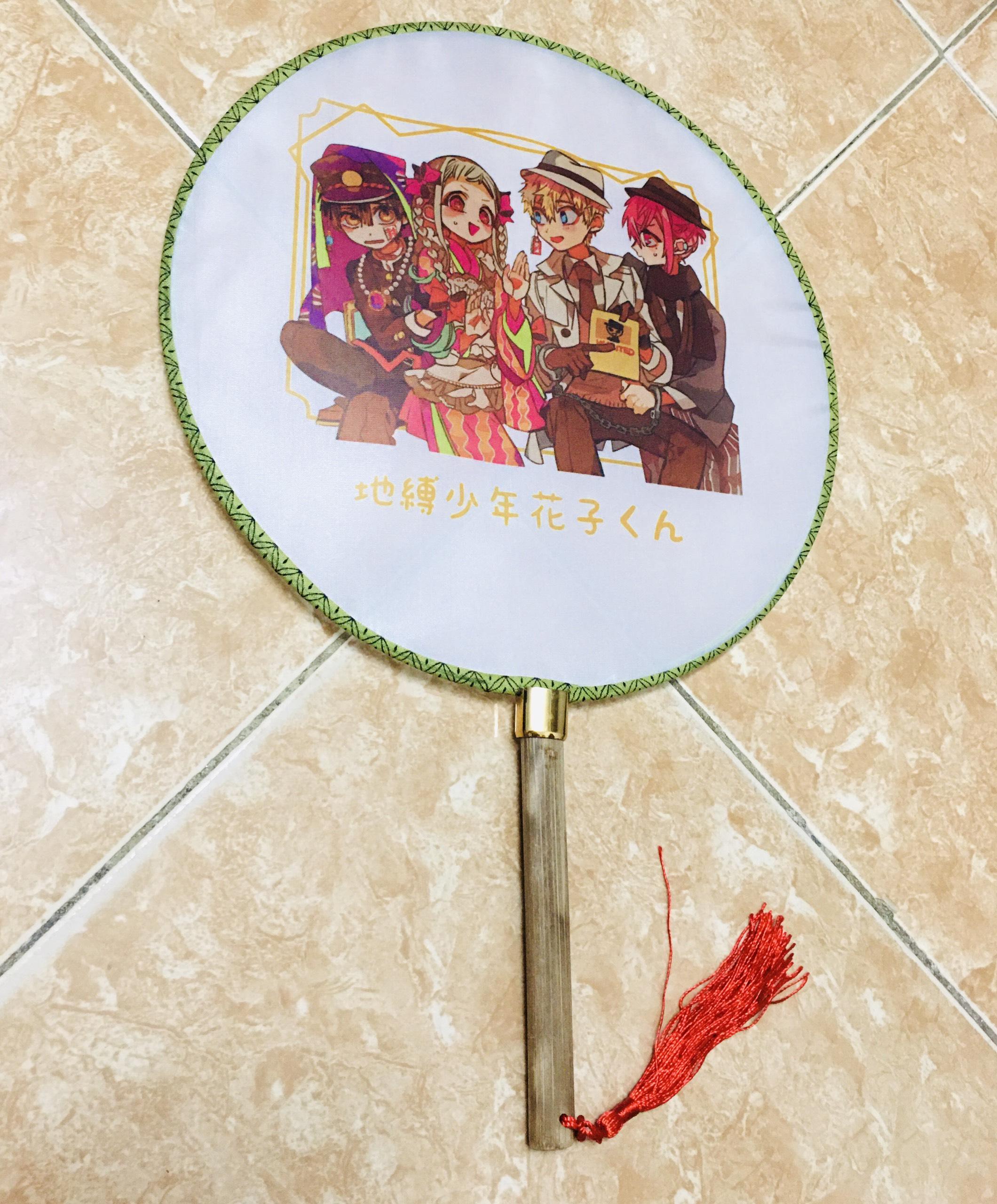 Qụat tròn cầm tay Jibaku Shouanen Hanako-kun phong cách cổ trang . cosplay cán gỗ dây tuyến