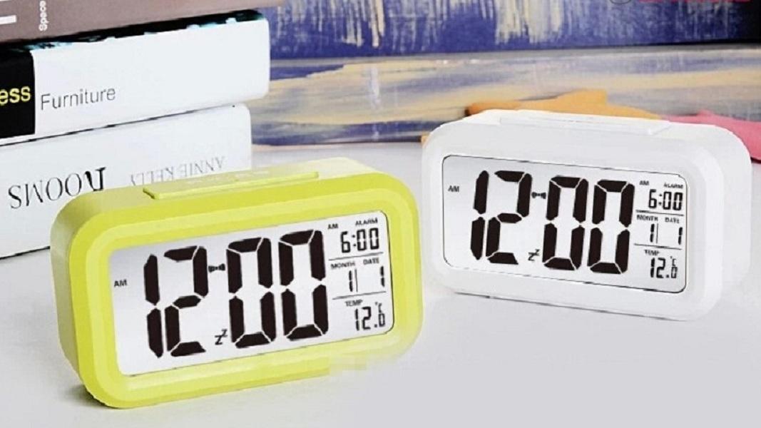Đồng hồ điện tử báo thức cảm biến ánh sáng - 1019 (màu ngẫu nhiên)