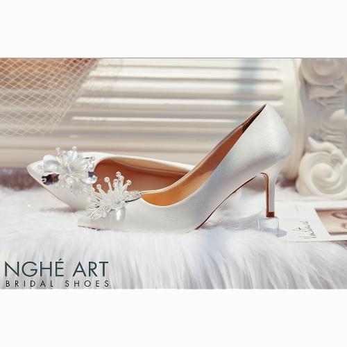 Giày cưới Nghé Art satin trắng đính đoá hoa pha lê 336
