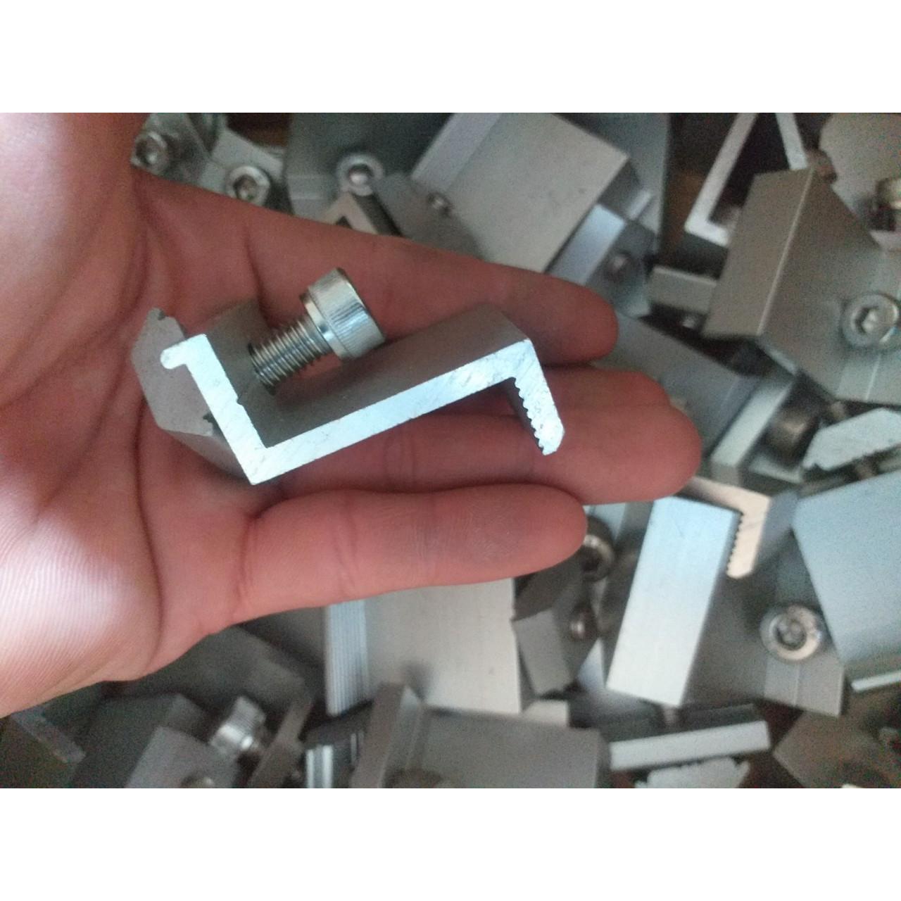 Thông số chi tiết của phụ kiện lắp đặt tấm pin năng lượng mặt trời kẹp gữa T KẸP GIỮA 2 TẤM PIN (KẸP T) Vật liệu: Nhôm Phụ kiện: Bao gồm ốc inox và tán nhôm Kích thước: 40mm Xuất xứ: Trung Quốc