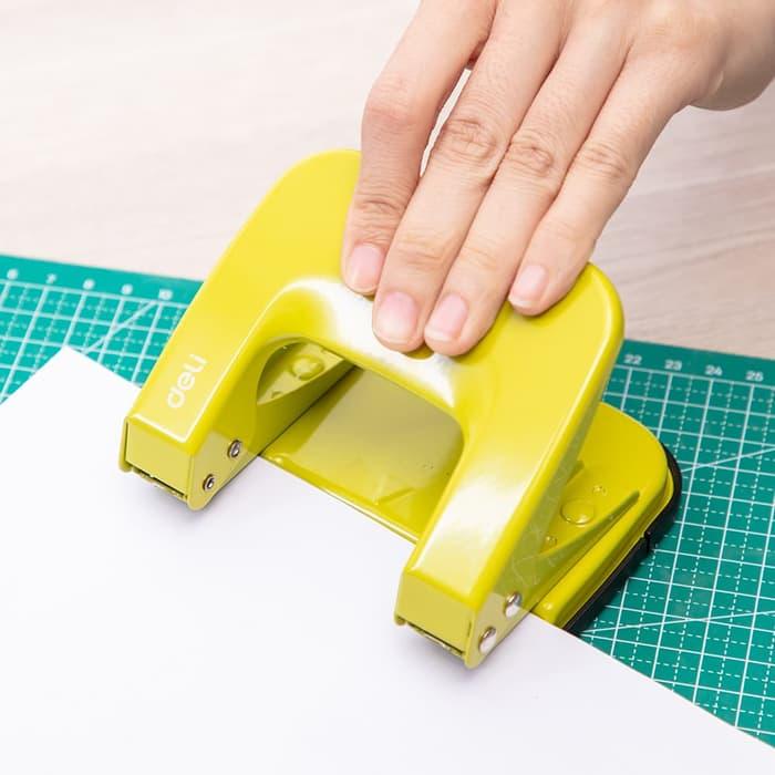 Dụng cụ Đục lỗ giấy 20 tờ Deli 137 Giao màu ngẫu nhiên Bấm lỗ giấy văn phòng
