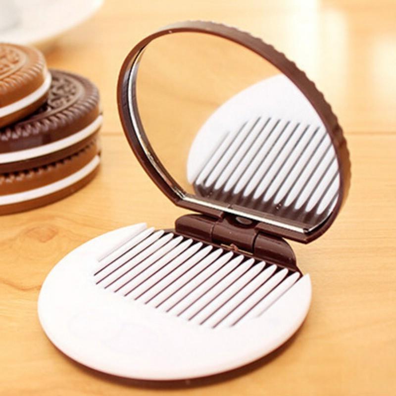 Combo 2_Gồm 1 Cọ Trang Điểm Nhỏ Gọn Phủ Phấn Đánh Má Hồng Màu Cán Ngẫu Nhiên Và 1 Bộ Gương Lược Mini Hình Bánh Quy Chocolate Màu Ngẫu Nhiên