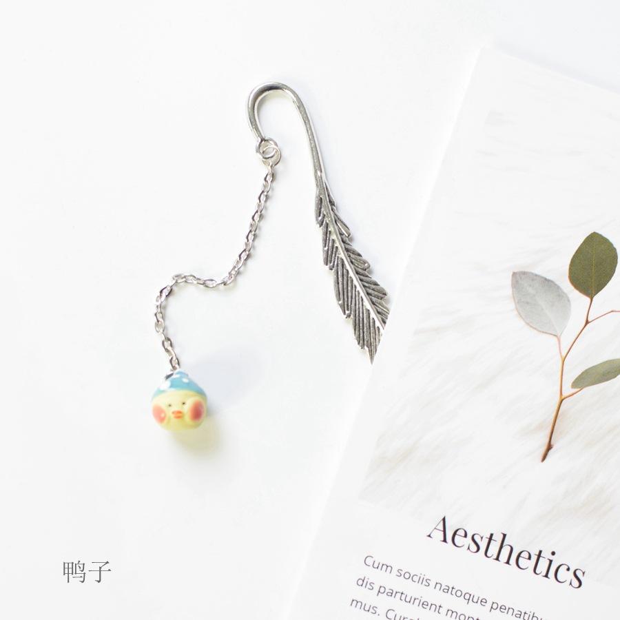 Bookmark Kẹp Sách Lông Vũ Kim Loại Phối Charm Vịt Vàng Quà Tặng Siêu Hot