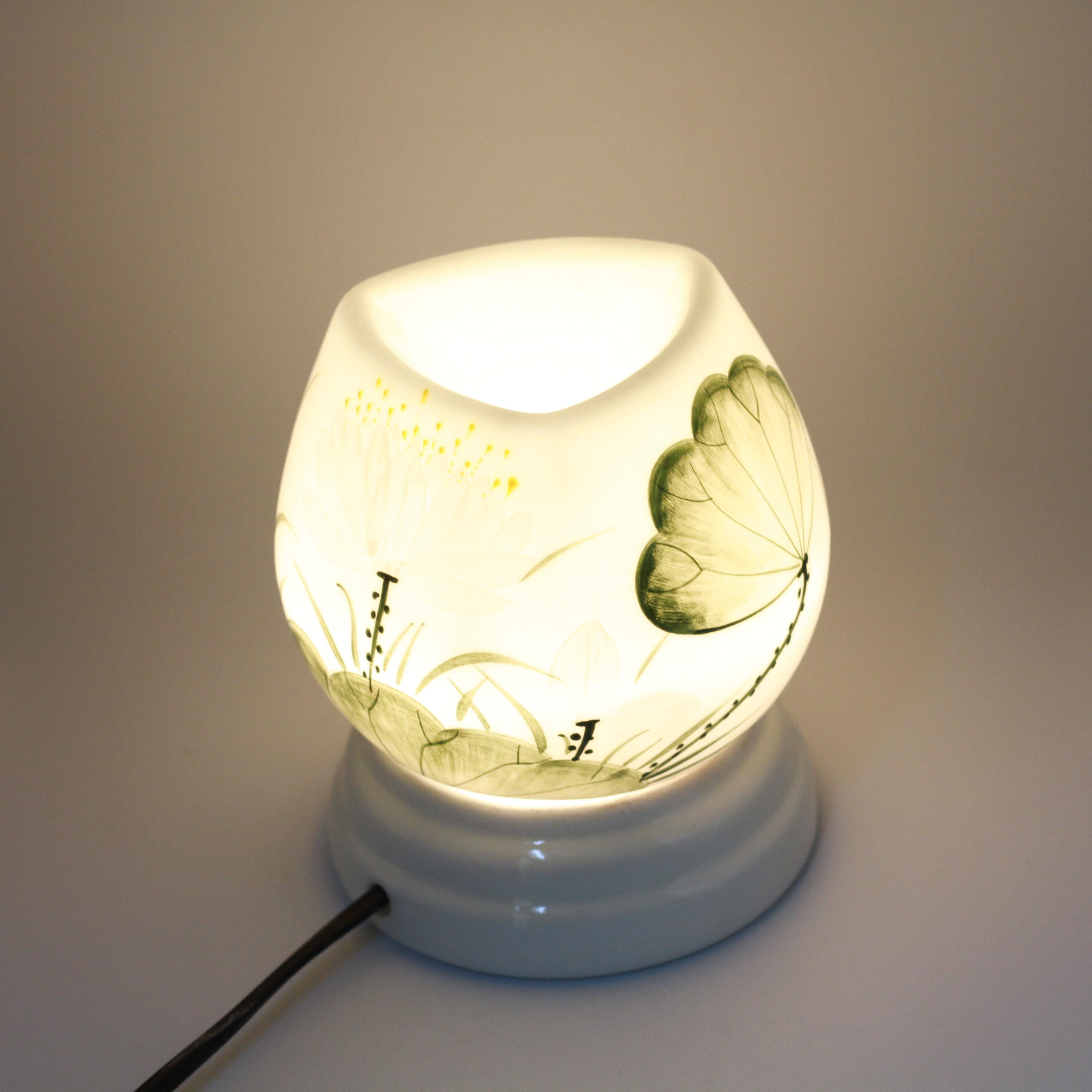 Đèn xông tinh dầu MD026 Kepha + Tặng 1 lọ tinh dầu Cam Ngọt 10ml. Đèn xông tinh dầu gốm sứ bát tràng. Họa tiết lá sen, đài sen màu xanh dịu